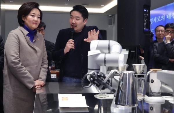 박영선 장관, '스마트 상점'에서 간부회의 열고 신년 구상 발표